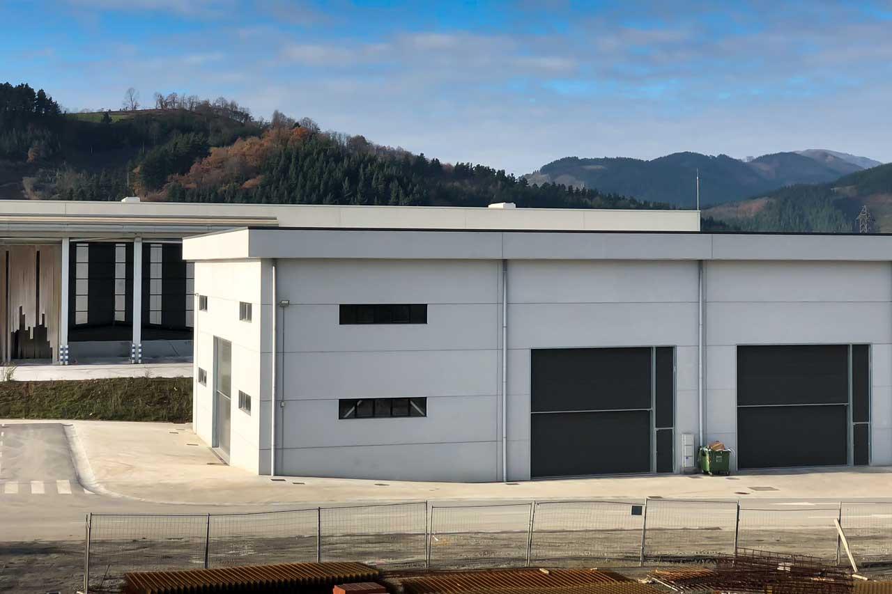 Detalle exterior de edificación de nave industrial